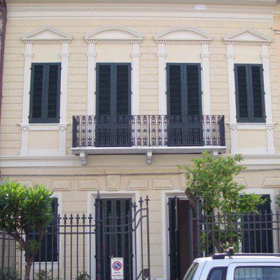 la facciata di una villa di  con un balcone nero