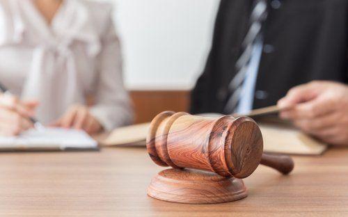 studio legale, martello del giudice su tavolo in legno