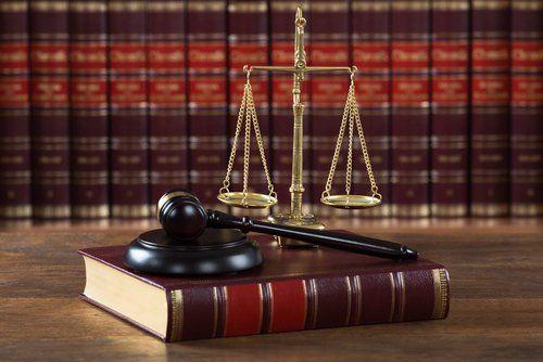 martello del giudice e bilancia su un libro