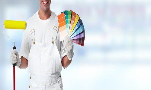 Pittore con rullo nella mano destra e tabella di colori nella mano sinistra
