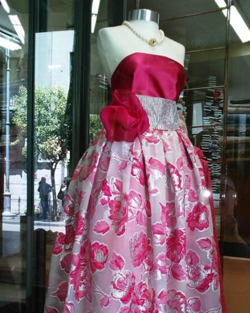 esposzione di un boutique con vestito donna