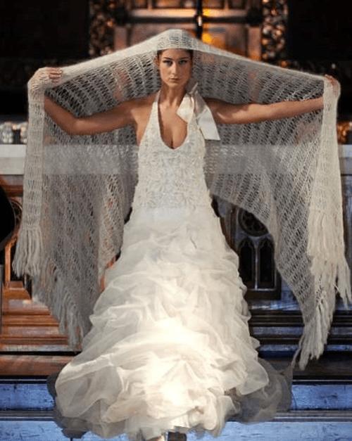 una modella in stile con vestito abiti da sposa
