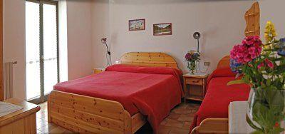 camera con letto matrimoniale e un letto singolo