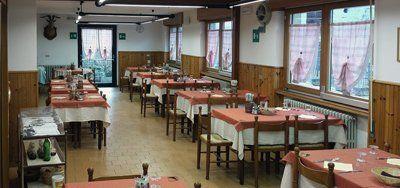 vista interna di un ristorante con tavoli e sedie