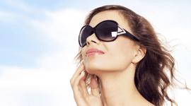 modella con occhiali da sole