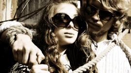 coppia che indossa occhiali da sole