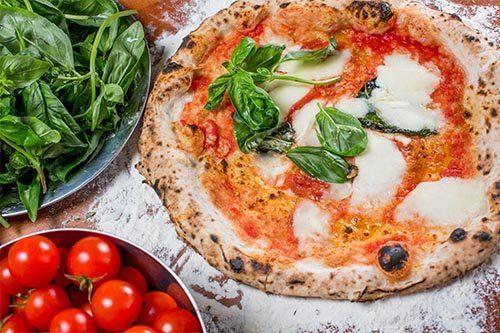 Pizza gustosa su un tagliere in legno a Perugia