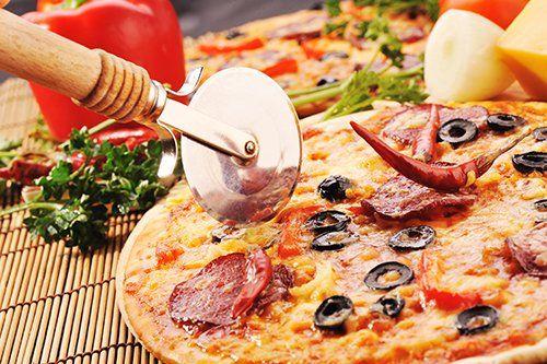 Pizza deliziosa con diversi ingredienti a Perugia