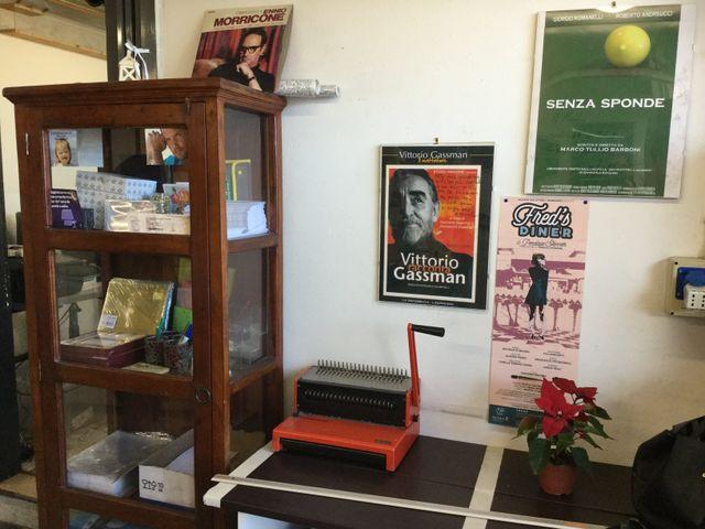 tavolo con rilegatrice presso il centro stampa Berus a Roma
