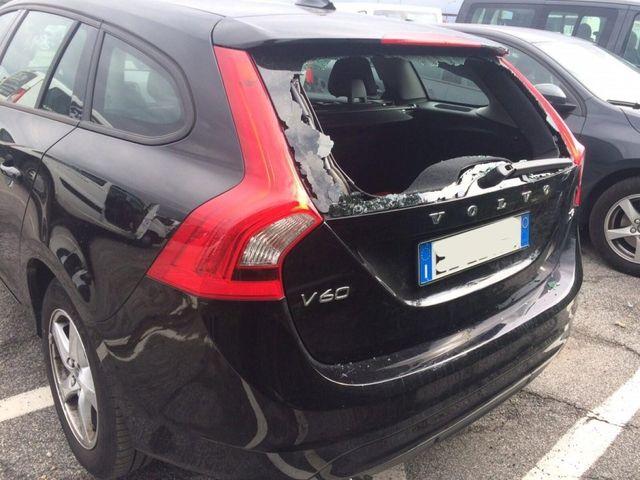 auto scura con finestrino rotto da sostituire