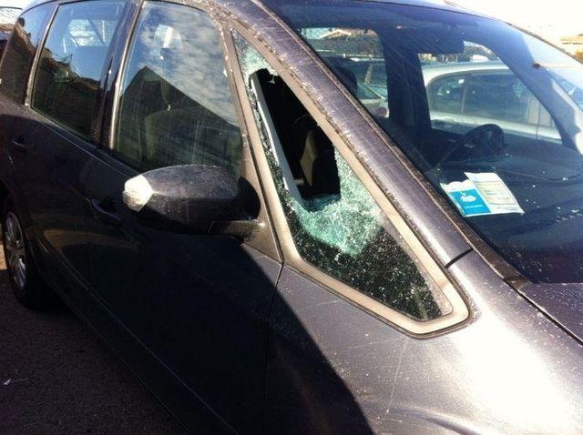 auto scura col finestrino rotto da riparare
