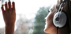 donna mentre ascolta la musica