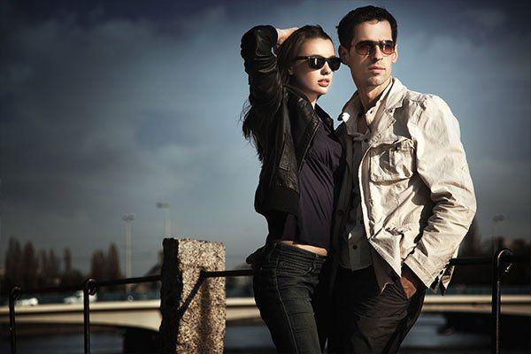 giovane coppia indossa occhiali da sole in posa