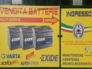 insegna pubblicitaria di vendita batterie assistenza manutenzione e pronto intervento con indicazione dell`ingresso