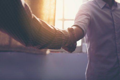 Due uomini che si stringono la mano