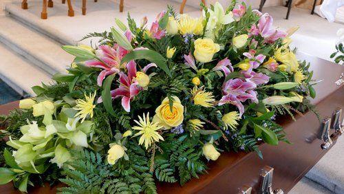 fiori su una bara marrone