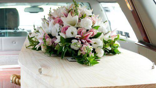 fiori su una bara