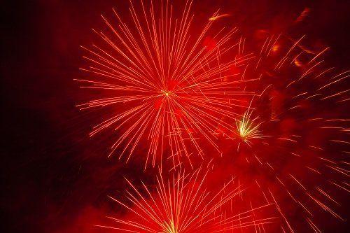 Esplosione di fuochi artificiali rossi nella notte