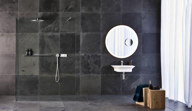 un bagno con una vasca, un lavabo e delle piastrelle bianche