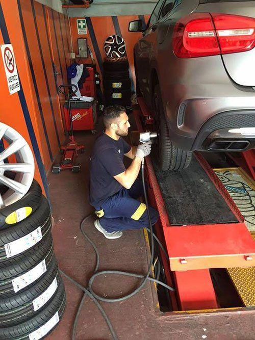 meccanico sta facendo riparazione di macchina a autofficine