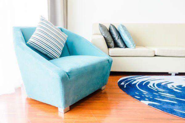 divano e poltrona all'interno di soggiorno