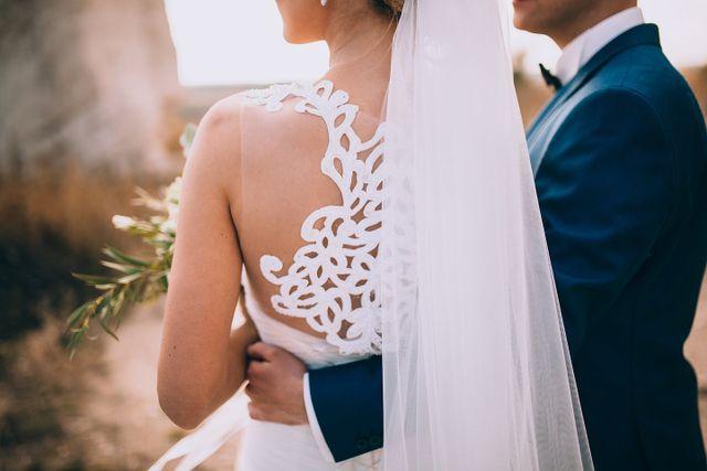 sposo abbraccia sposa