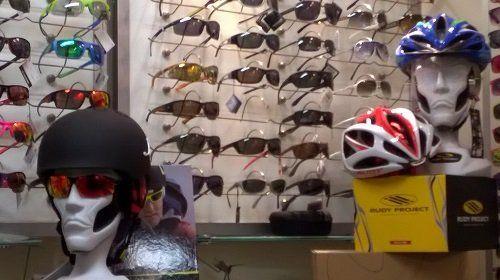 degli occhiali colorati e delle teste di manichino con dei caschi