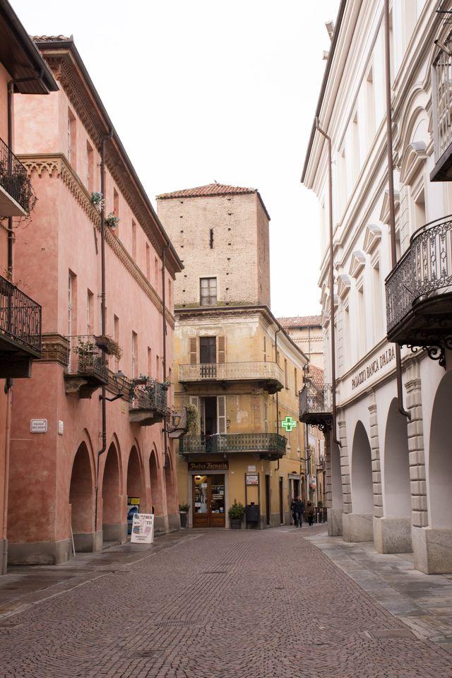 vista dall'esterno della vetrina della farmacia in una via del centro storico di Alba