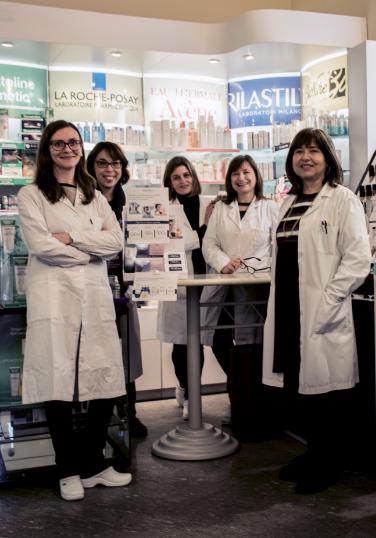 delle farmaciste dietro a un bancone della farmacia