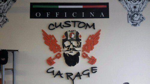Parete con il nome e il logo del negozio