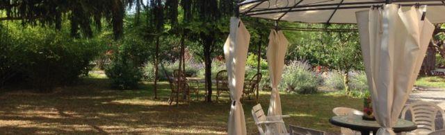 gazebo in giardino con tende