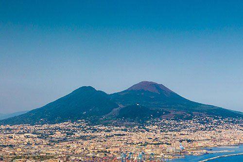Vista panoramica della città e montagna di Vesuvio