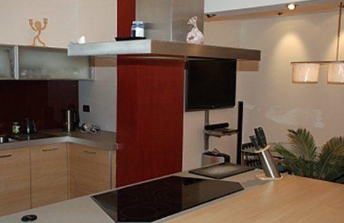 vista angolare di una cucina e salotto