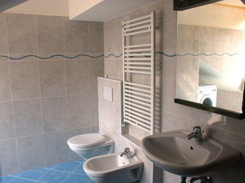 bagno con termosifone verticale