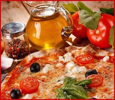 pizza margherita con olive nere bottiglia di olio, pomodoro, basilico e pepe