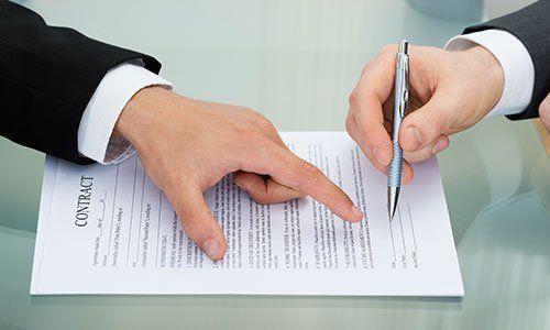 Indicando dove firmare