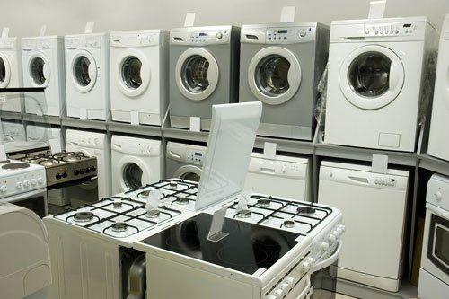dei fornelli e delle lavatrici in esposizione