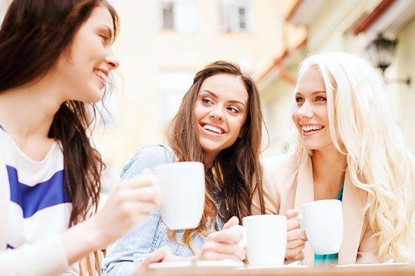 tre ragazze mentre bevono il caffè