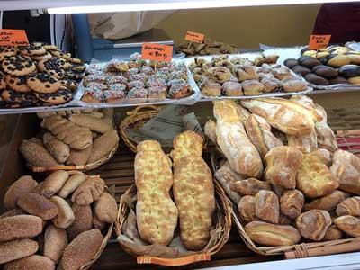 bancone con pane e derivati