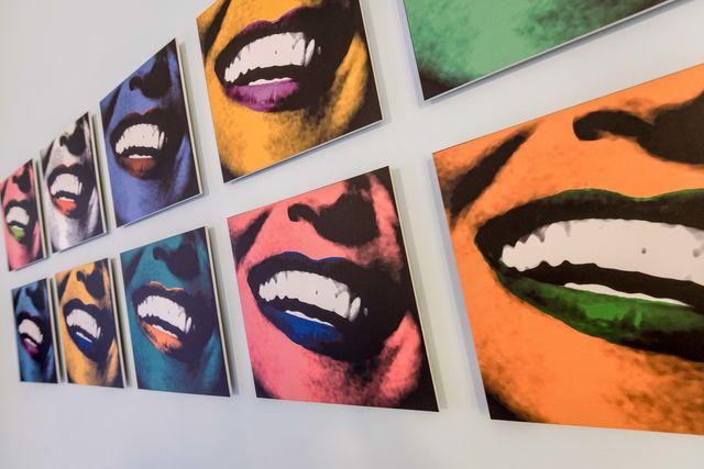 Quadri rappresentanti sorrisi in colori diversi