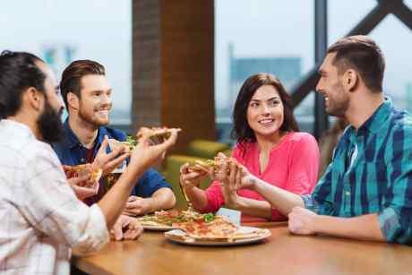 quattro amici  che mangiano la pizza