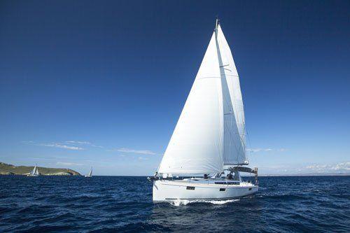 una barca a vela nel mare