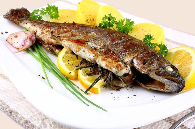 Un piatto di pesce grigliato e delle patate lessate