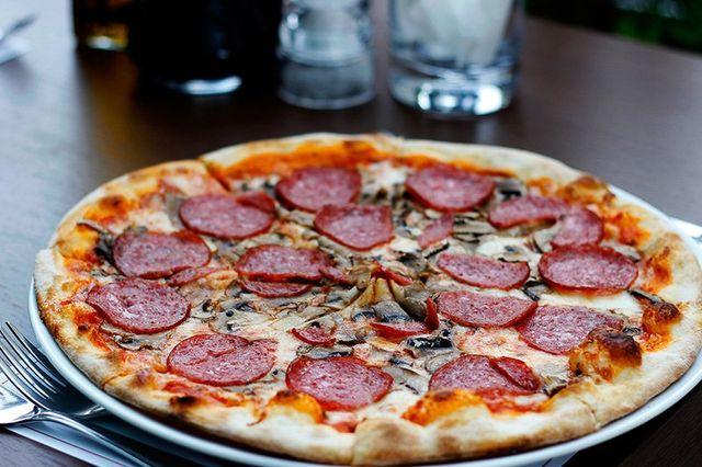 Una pizza con salame e dei funghi - milano