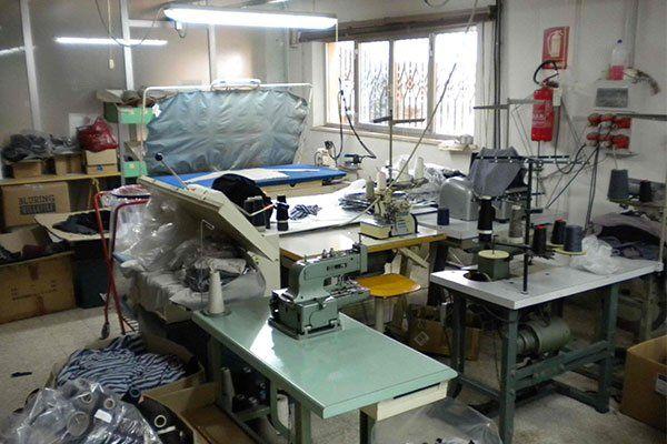 interno di una maglieria  con macchinari e banchi da lavoro
