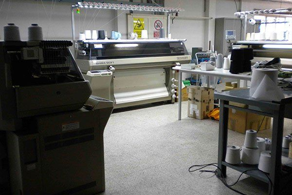 macchinari e banchi con sopra del materiale