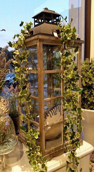 Un porta lanterna in legno e dell'edera