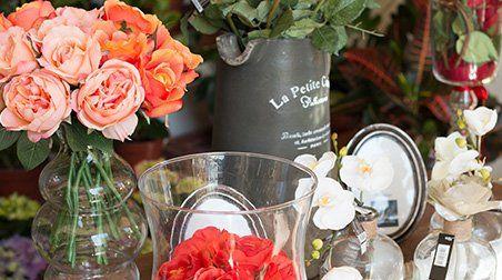 Dei vasi di cristallo con dei fiori