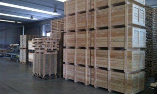 interno di fabbrica con casse per imballaggio