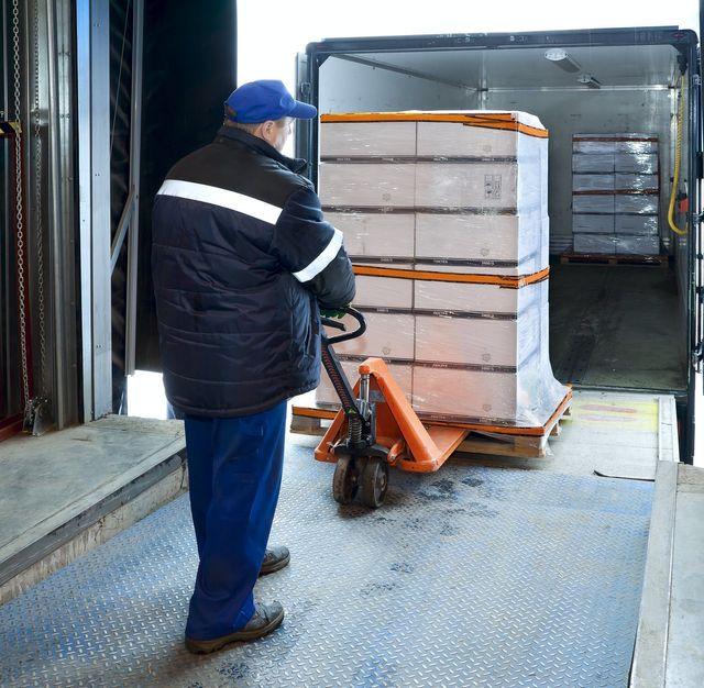 pila di imballaggi in legno con camion